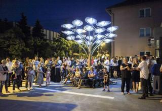 Uključivanjem solarnog stabla i koncertom Balašević tribute banda otvoren Kinotrg u Ivancu