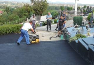 UREĐENJE GROBLJA  Počelo asfaltiranje staza na gradskom groblju Ivanec
