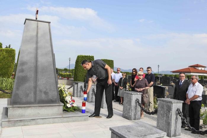 Cvijeće na spomen-obilježja poginulim antifašistima u povodu Dana antifašističke borbe
