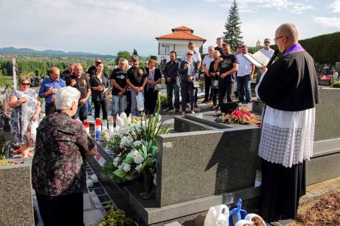 Položeno cvijeće i zapaljene svijeće za branitelja Željka Putara - Grdaka