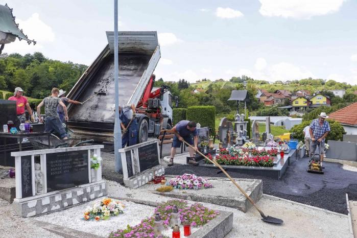 U tijeku asfaltiranje staza na mjesnom groblju u Radovanu