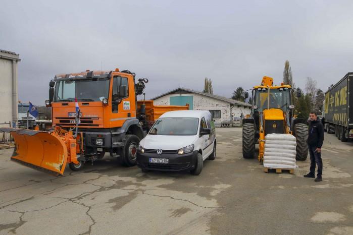 ZIMSKA SLUŽBA Za borbu sa snijegom spremno 20 vozila i strojeva, 50 tona soli i 150 tona agregata