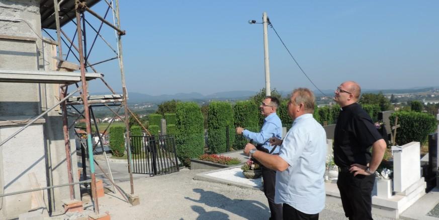 Gradonačelnik M. Batinić, župnik Z. Gložinić i direktor Ivkoma M. Stanko u obilasku radova na obnovi kapelice na groblju Ivanec