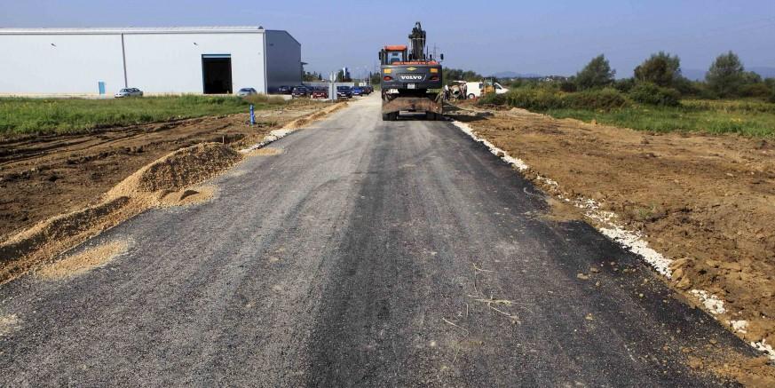 Asfaltiran novosagrađen dio ceste u Industrijskoj zoni, u tijeku gradnja javne rasvjete