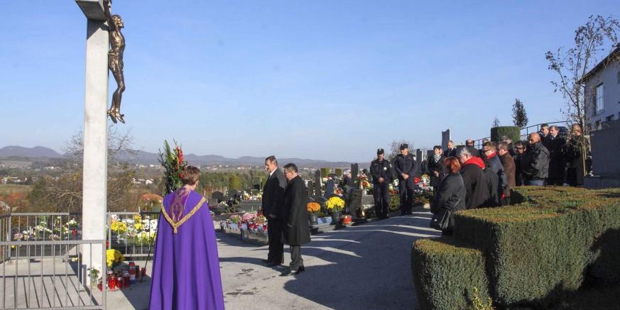 U povodu Svih svetih položen vijenac kod središnjeg križa na gradskom groblju Ivanec