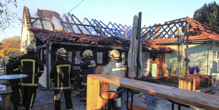 U golemom požaru noćas je potpuno izgorio Retro bar te prostori Pučkog otvorenog učilišta Ivanec