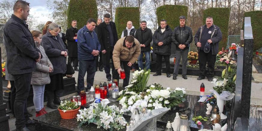 Cvijeće i svijeće na grob poginulog vukovarskog branitelja Stjepana Vusića