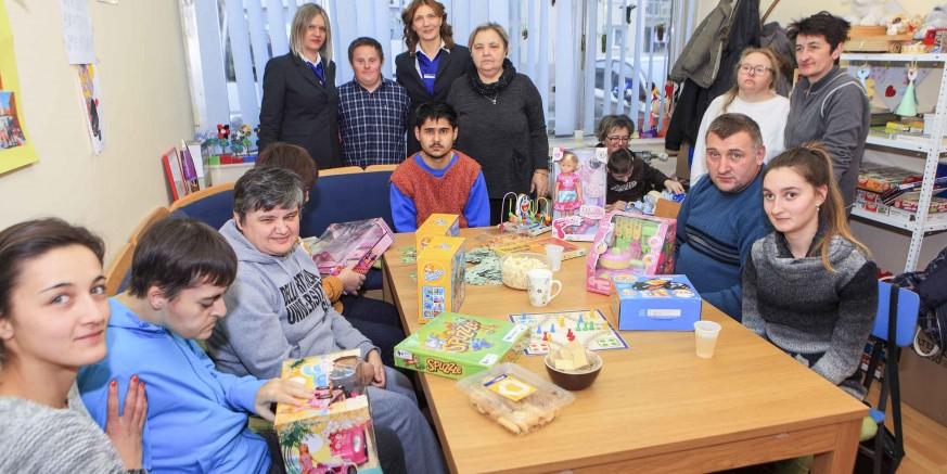 """Donacija igračaka obradovale članove Udruge osoba s intelektualnim oštećenjem """"Ivanečko sunce"""""""