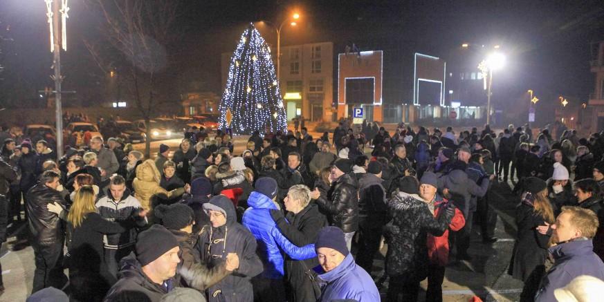 U odličnom raspoloženju veliko mnoštvo Ivančana Novu godinu dočekalo na gradskoj špici