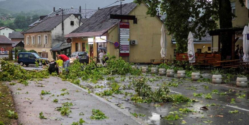 Komunalne i vatrogasne ekipe na terenu, otklanjaju se štete uraganskog vjetra i nevremena
