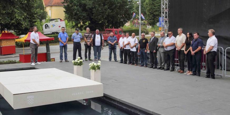 Cvijeće poginulim ivanečkim braniteljima u povodu Dana državnosti