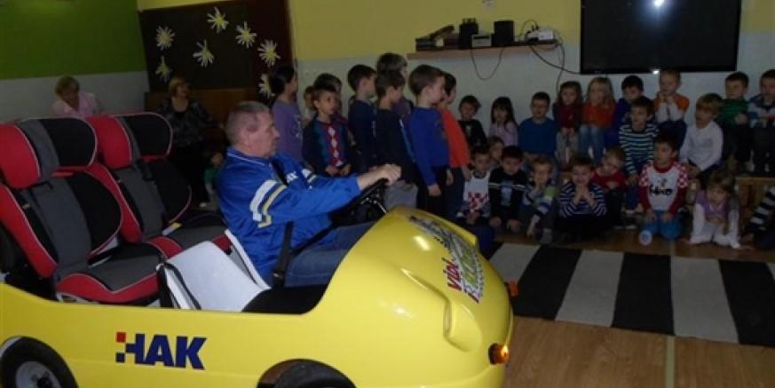 U suradnji s HAK-om i Policijskom postajom, u Dječjem vrtiću Ivanec održan edukacijski prometno-preventivni program Vidi i klikni