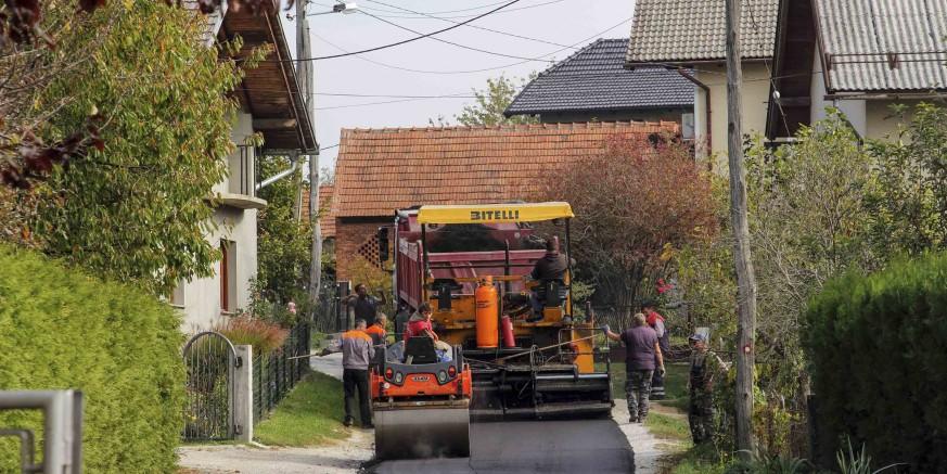 Novi asfalt na dvije cestovne dionice – na dio Ulice Jezerski put i u Punikvama