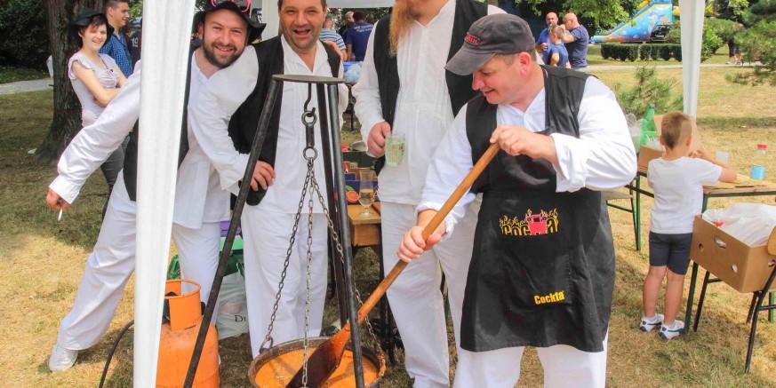 LokalnaHrvatska.hr Ivanec Za manifestaciju Ivanec kuha prijavljeno 29 ekipa s 30 kotlica! Skuhat ce 700 litara gulasa!