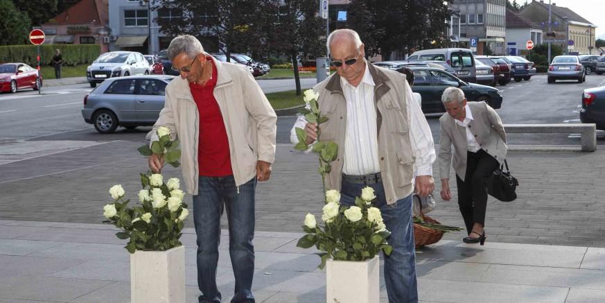 Bijele ruže na spomen-obilježje poginulim braniteljima u povodu Dana državnosti