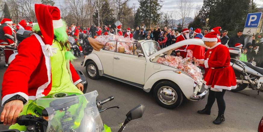 Motorizirani djedovi podijelili stotine darova djeci na ivanečkoj gradskoj špici