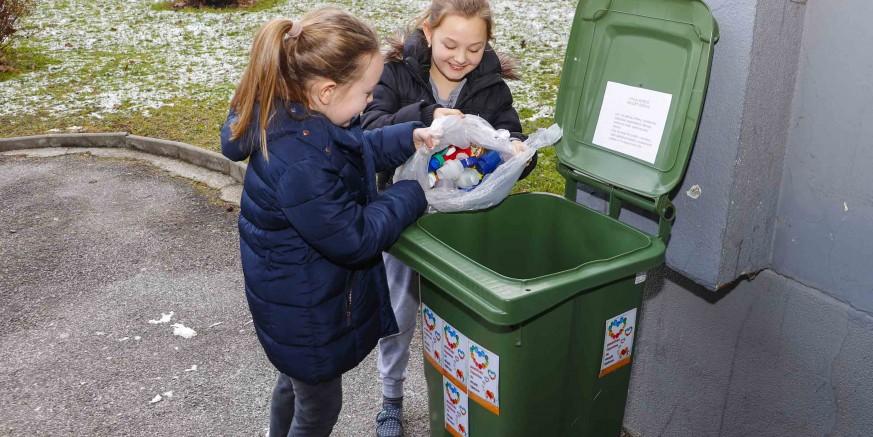 Sjajan odaziv akciji Plastičnim čepovima do skupih lijekova – u rekordnom roku napunjena kanta od 120 lit.