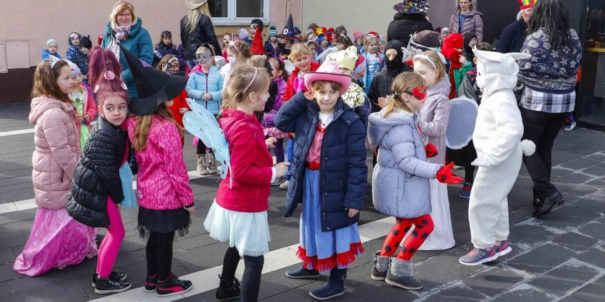 Male maškare iz dječjih vrtića Ivančice i Bambi zaplesale na ivanečkom Kinotrgu