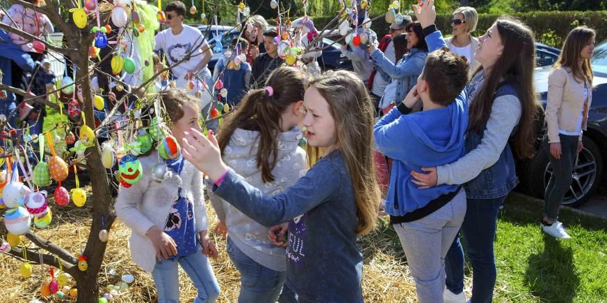 Veliko mnoštvo građana i djece na Uskrsnom sajmu na Kinotrgu Ivanec