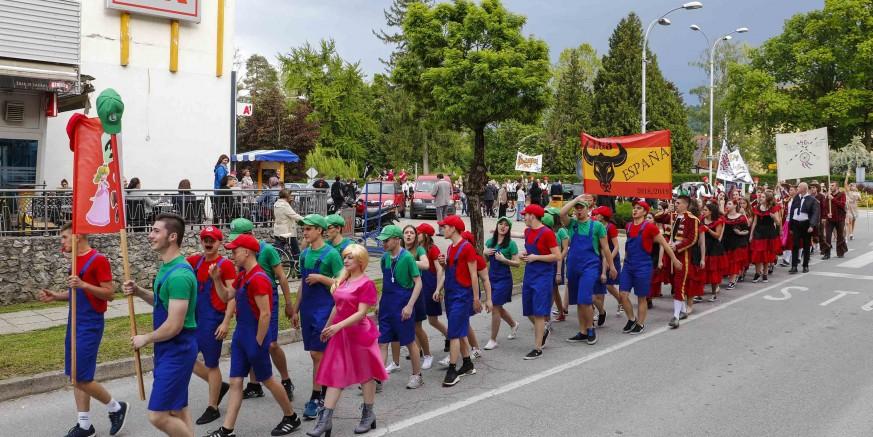 134 maturanata Srednje škole Ivanec u prepunoj sportskoj dvorani održalo sjajnu plesnu priredbu