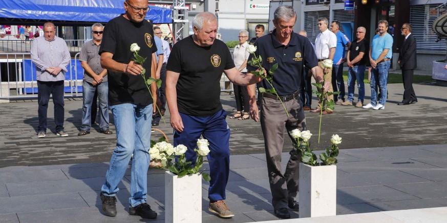 Ruže na spomen obilježje poginulima uz Dan državnosti