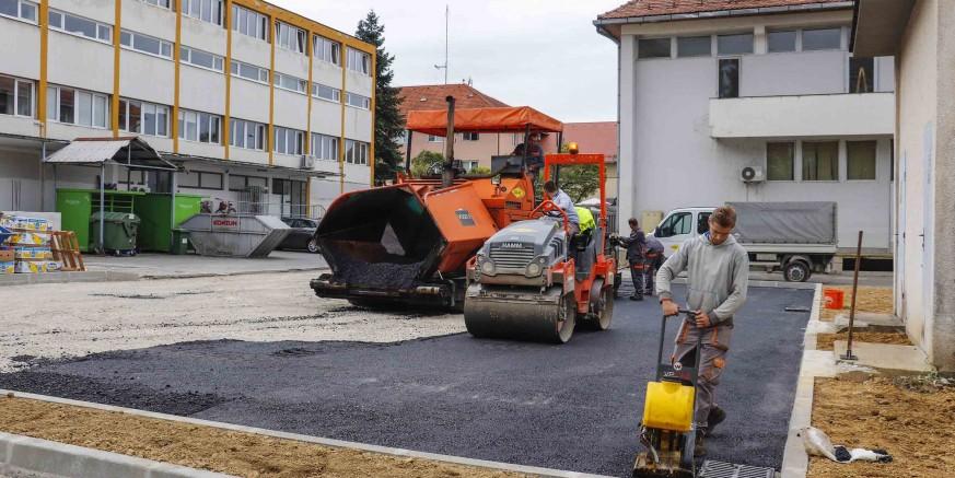 Asfaltira se novo parkiralište u centru Ivanca, s 27 novih parkirnih mjesta; vrijednost radova 587.000 kuna