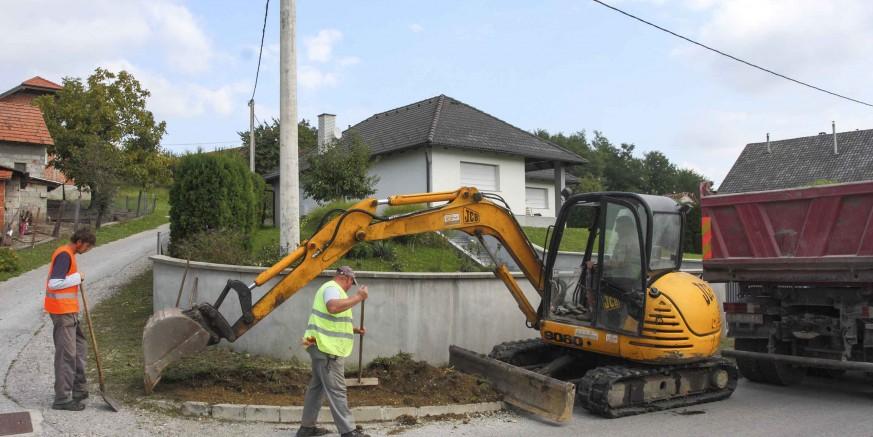 Počeli su radovi na pripremi za asfaltiranje 1.200 metara nogostupa u Jerovcu – vrijednost 153.600 kuna