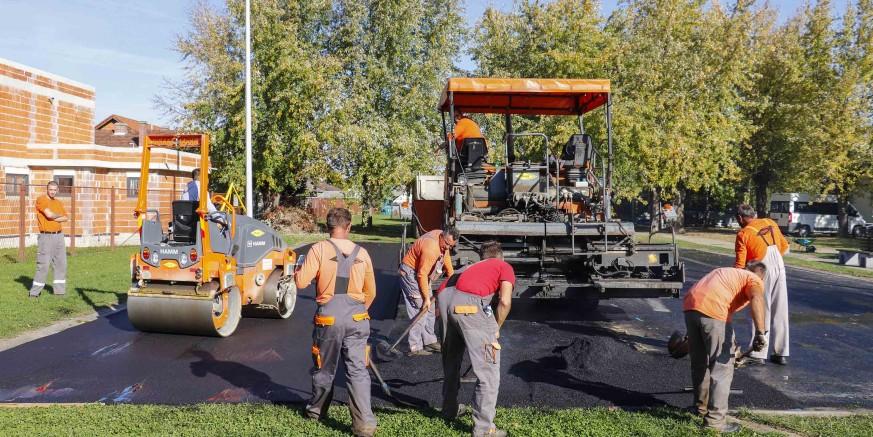 Grad Ivanec donacijom od 20.000 kn omogućio novi asfalt na košarkaškom igralištu Srednje škole