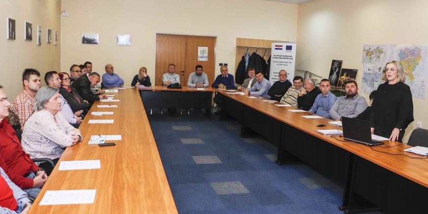 SURADNJA S PODUZETNICIMA Gradonačelnik M. Batinić sazvao redoviti tematski sastanak Poslovnog kluba Ivanec (22. studeni)