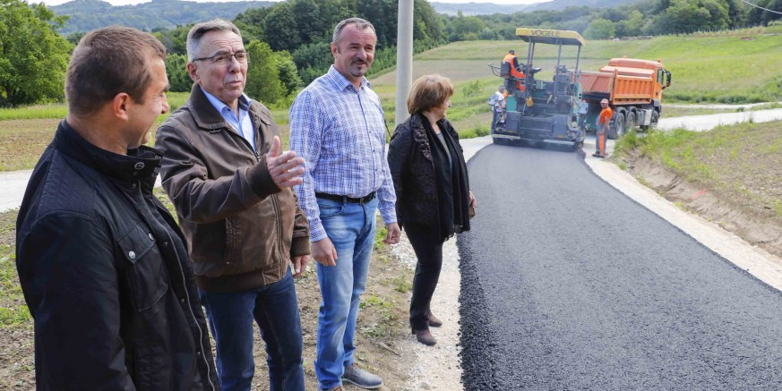Radovi na asfaltiranju 5,6 km nerazvrstanih cesta u punom jeku – asfaltirano 1.000 metara ceste do zaseoka Kozulići