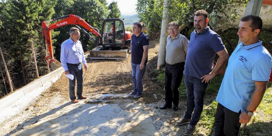 GRADONAČELNIK M. BATINIĆ U OBILASKU GRADILIŠTA Završni radovi na sanaciji klizišta u Prigorcu