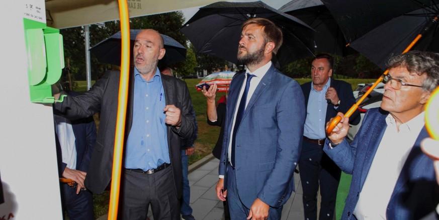 Ministar gospodarstva T. Ćorić razgledao punionicu električnih vozila u prodajnom centru MIPCRO