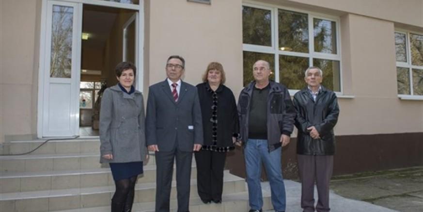 Zahvala za donaciju od 100.000 kuna: Gradu Ivancu pločica na pročelju škole u Strošincima
