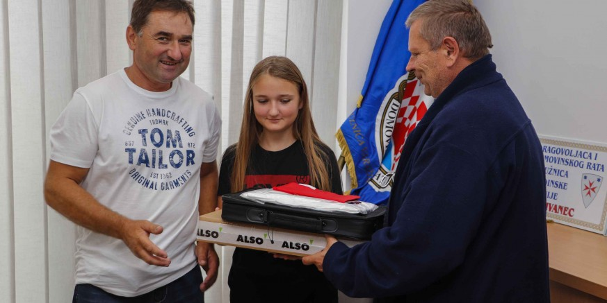 Studenticama, kćerima branitelja – članova županijskog UDVDR-a, darovana prijenosna računala