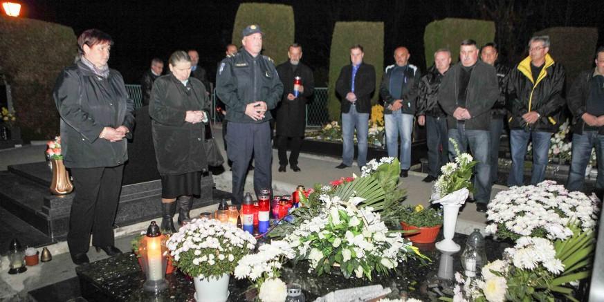 Cvijeće i svijeće na grob Stjepana Vusića poginulog u Borovu Naselju 18. studenog 1991.