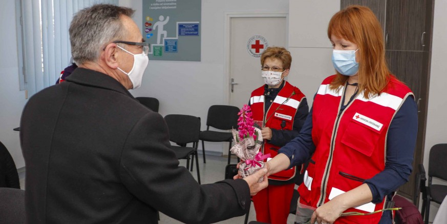 UZ DAN ŽENA Cvijet za gerontodomaćice, korisnice projekta Zaželi i djelatnice Crvenog križa Ivanec