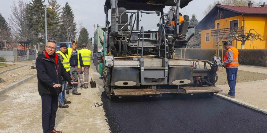 Polaže se grubi asfaltni sloj na 440 metara Ulice Eugena Kumičića u Ivancu