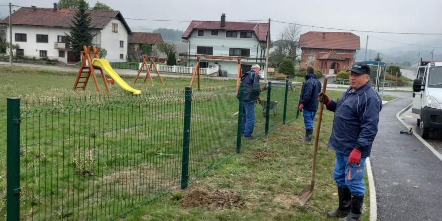 ZA VEĆU SIGURNOST Podiže se ograda oko dječjeg igrališta u Mjesnom odboru Seljanec