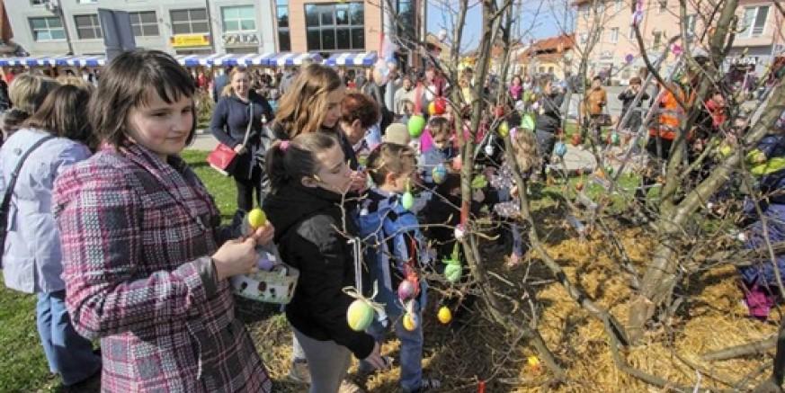 Rekordan posjet uskrsnoj izložbi: Mnoštvo posjetitelja i djece stotinama pisanica ukrasili Ivanečko uskrsno stablo