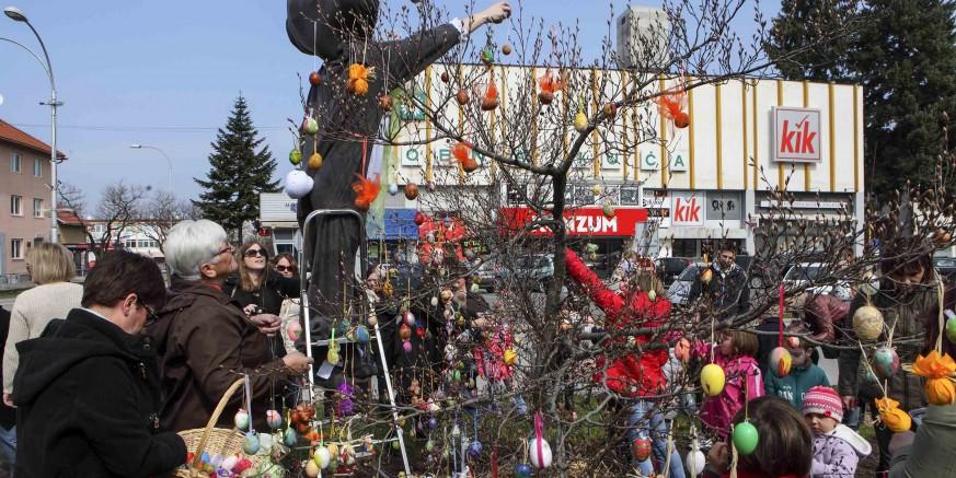 Mališani i djeca stotinama pisanica ukrasili uskrsno stablo na gradskoj špici